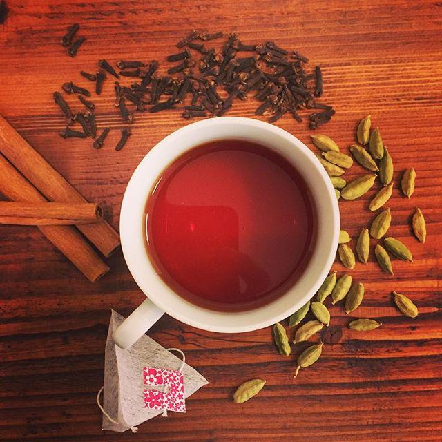 今日のteaルイボス にカルダモン、クローブを入れてチャイ風に。寒い日はミルクが合うお茶が恋しくなりますね(^.^)#lovetea #フレーバーティー #ふくちゃ #お茶 #ハーブティー #rooibos #chai