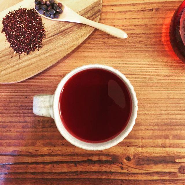 今日のteaハイビスカスにジュニパーベリーを添えて。Steviaで甘酸っぱくしたお茶は疲れた身体を癒してくれます。#ハーブティー #お茶 #ふくちゃ #herbaltea #hibiscus #stevia #tea #teatime #lovetea